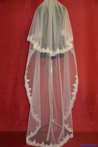 Двухслойная длинная фата с красивым кружевом Шантильи.Цвет-белый.Цена-2850р.
