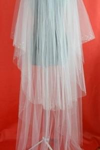 Двухслойная, длинная, по окантовке украшенна стазами и жемчужинками,цвет-белый,цена-1700р.
